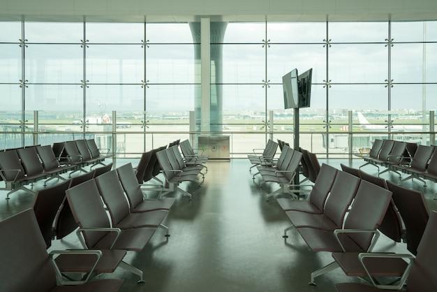 Dentro del aeropuerto - asientos del aeropuerto en el gran aeropuerto