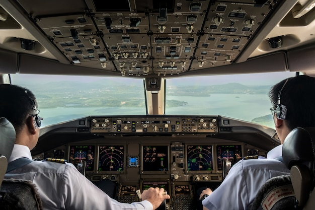 Dentro de la cabina del avión comercial mientras vuela acercándose a la pista.