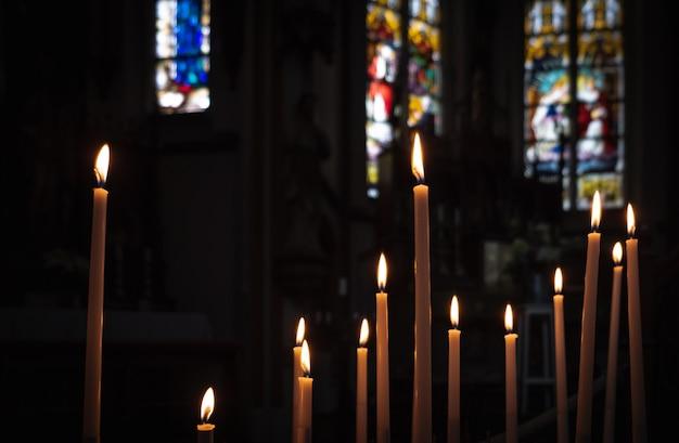 Dentro de una catedral de iglesia católica