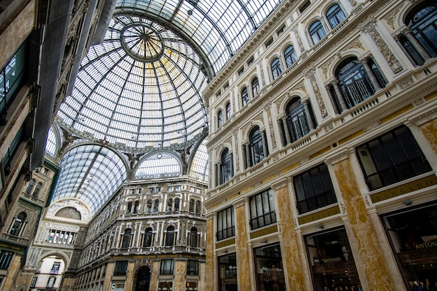 Dentro de la galleria umberto i en nápoles, italia