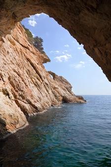 Dentro de la gruta en el acantilado