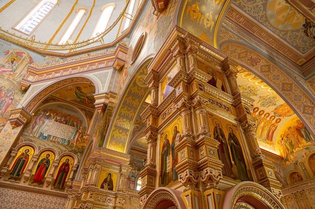 Dentro de la iglesia de la cúpula de todos los santos con pinturas murales