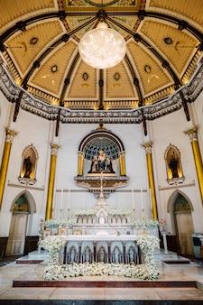 Dentro de la iglesia con hermoso techo en tailandia