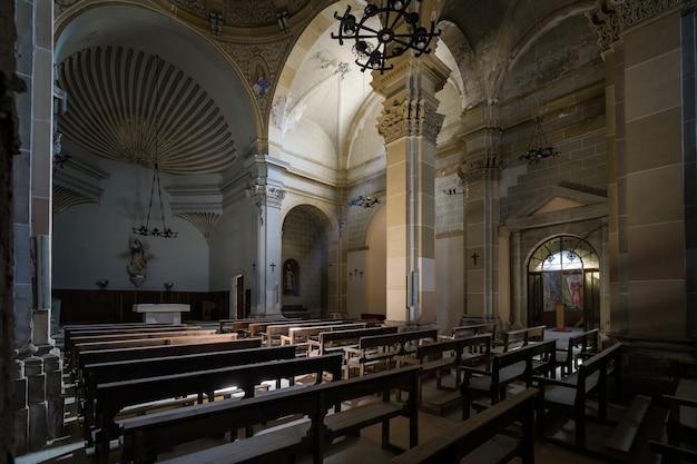 Dentro de una iglesia vacía con la luz entrando desde una ventana