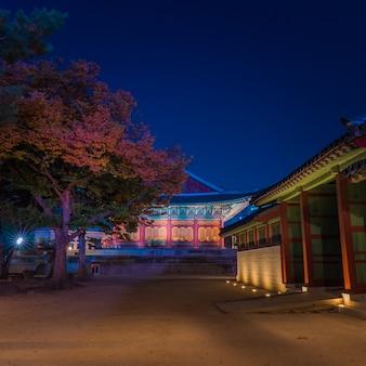 Dentro del palacio nacional asiático en la noche