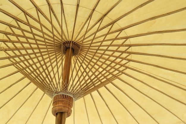 Dentro del paraguas natural hecho a mano amarillo suave asiático de tailandia.