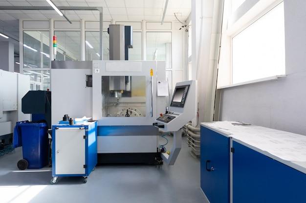 Dentro de la unidad de fábrica con nuevos equipos informáticos modernos con pantalla