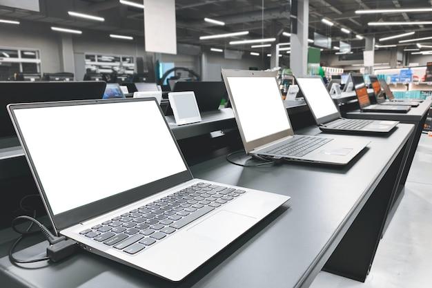 Departamento de informática en la tienda de electrónica. elegir una computadora portátil en la tienda