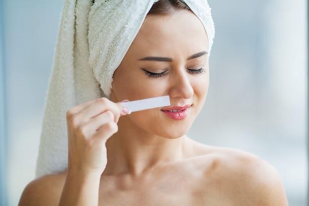 Depilación con cera. depilación de azúcar del cuerpo de la mujer. procedimiento de depilación con cera en el spa. procedimiento esteticista femenino. bigote