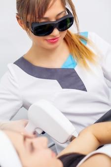 Depilación láser y cosmetología en la clínica de belleza estética spa
