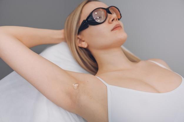 Depilación láser y cosmetología en salón de belleza.