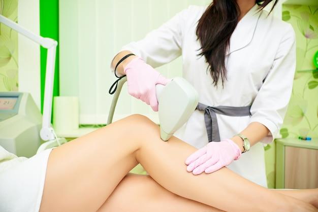 La depilación láser. procedimiento de depilación estética. el concepto de cosmetología y spa.