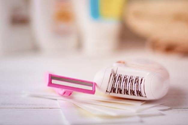 Depiladora, maquinilla de afeitar y tiras de cera