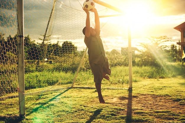 Deporte de acción al aire libre de un grupo de niños que se divierten jugando fútbol
