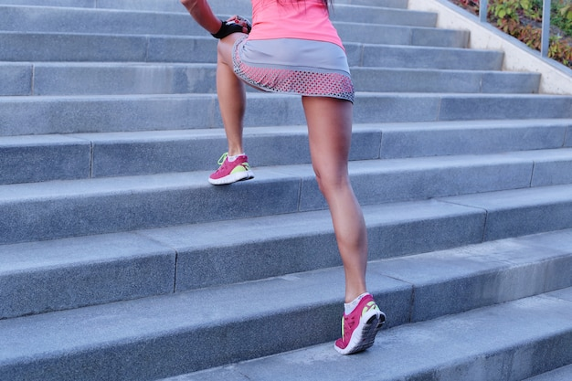 Deporte al aire libre, mujer en escaleras