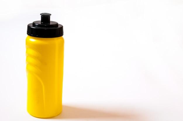 Deporte botella de agua de plástico en blanco