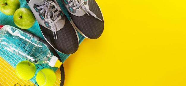 Deporte concepto plano con zapatillas.