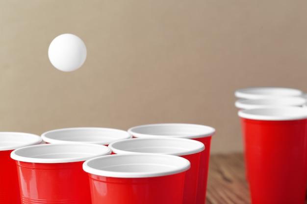 Deporte de fiesta universitaria. pong de la cerveza