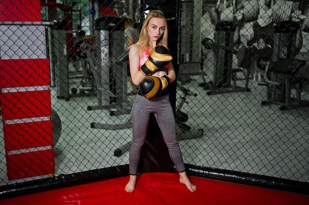 Deporte sexy chica rubia boxeador posó en el ring. fit mujer boxeo.