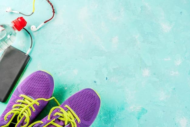 Deportes, concepto de fitness. zapatillas deportivas, botella de agua, auriculares