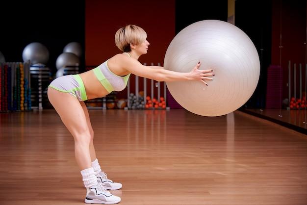 Deportes joven está entrenando en el gimnasio.