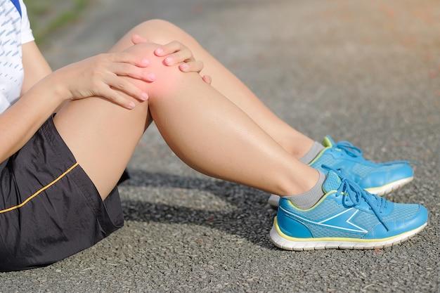 Deportes lesión en la pierna, dolor muscular durante el entrenamiento.