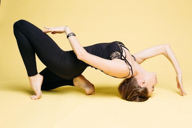Deportes mujer joven haciendo ejercicio de yoga.