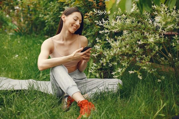 Deportes mujer pasar tiempo en un parque de primavera