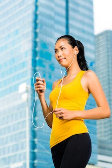 Deportes urbanos - fitness en ciudad asiática o indonesia