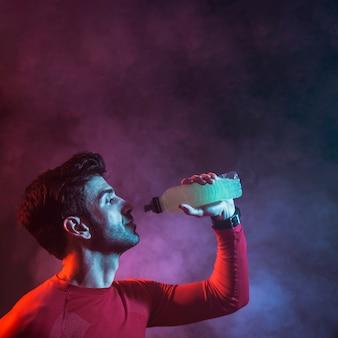 Deportista con botella de bebida
