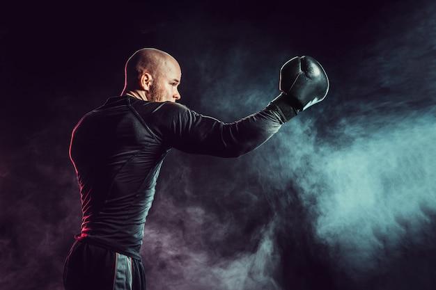 Deportista boxeador luchando con humo