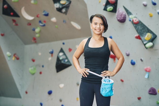 Deportista en club de escalada