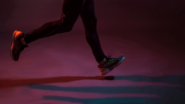 Deportista de cultivos corriendo en la oscuridad