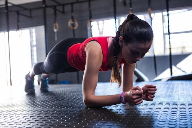 Deportista deportista haciendo ejercicio