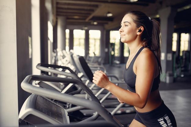 Deportista en un entrenamiento de ropa deportiva en un gimnasio