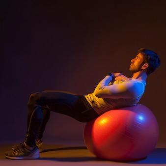 Deportista haciendo ejercicio en fitball