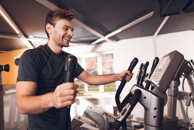 Deportista está haciendo ejercicios con entrenador de caminar.