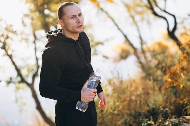 Deportista joven que ejercita en parque