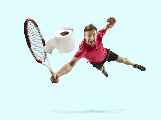 Deportista profesional atrapado papel higiénico en movimiento y acción