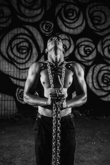 Deportista trabaja con cadenas