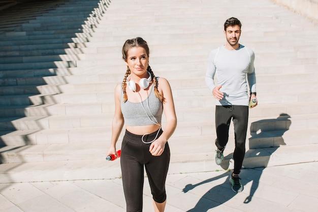 Deportistas caminando a la luz del sol en la calle