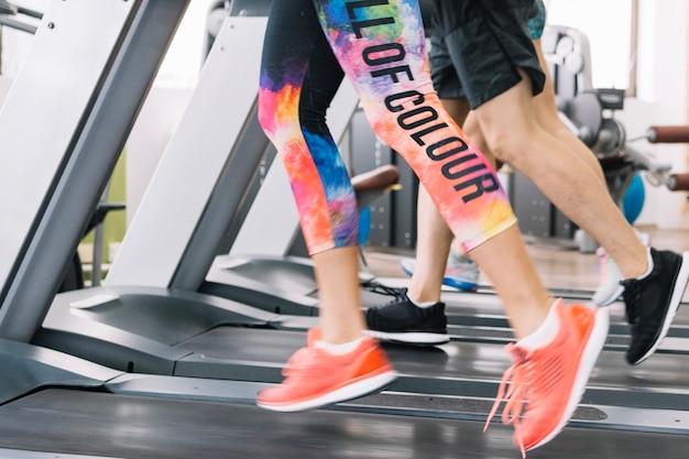 Deportistas corriendo en la cinta de correr