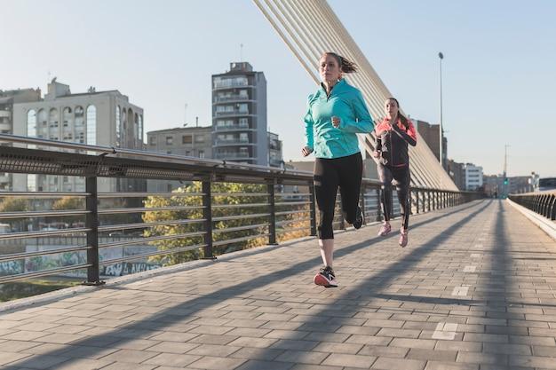 Deportistas corriendo en la ciudad