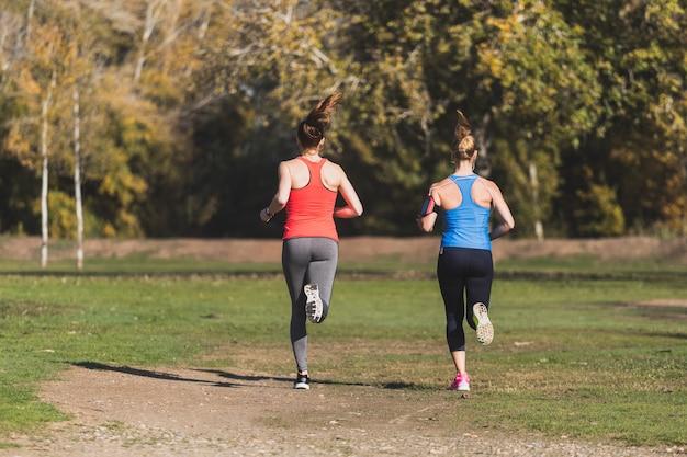 Deportistas corriendo en un día soleado