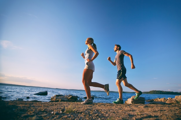 Deportistas corriendo en su tiempo libre