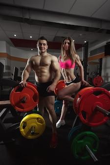 Deportistas de gimnasio con pesas