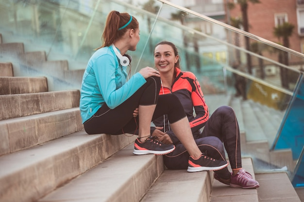 Deportistas hablando después de hacer deporte