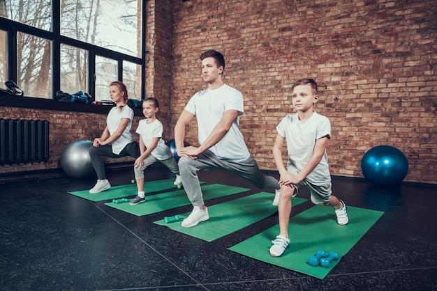 Los deportistas sanos hacen ejercicio en el gimnasio.