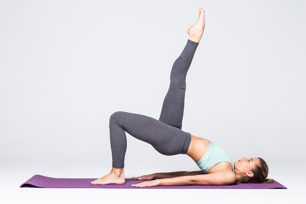 Deportiva joven haciendo práctica de yoga aislada - concepto de vida sana y equilibrio natural entre el cuerpo y el desarrollo mental