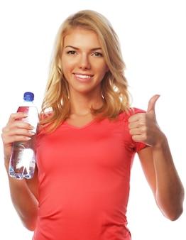 Deportiva mujer con botella de agua